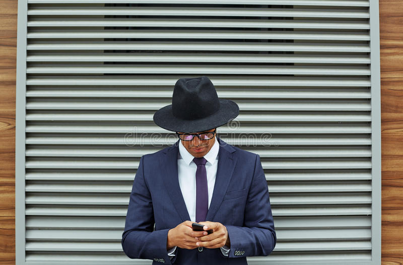 Используя мобильный телефон стоковое фото rf