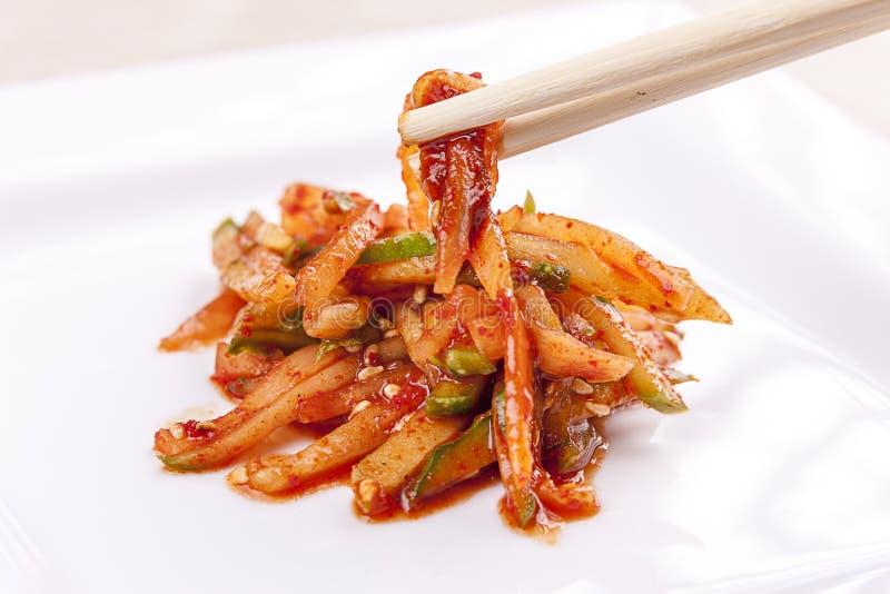 Используя палочки на корейском блюде стоковые фото