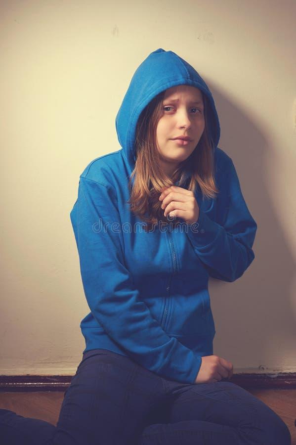 Download Испуганная предназначенная для подростков девушка Стоковое Фото - изображение насчитывающей эмоционально, опасность: 41656170