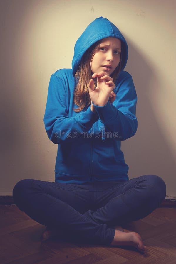 Download Испуганная предназначенная для подростков девушка Стоковое Изображение - изображение насчитывающей нажатие, медвежим: 41656197
