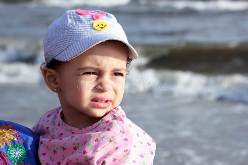 Испуганный арабский мусульманский ребёнок на пляже стоковые изображения rf