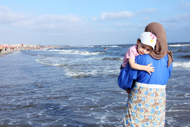 Испуганный арабский мусульманский ребёнок с ее матерью стоковое изображение rf