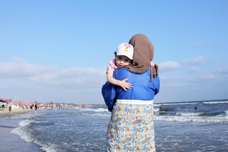 Испуганный арабский мусульманский ребёнок с ее матерью стоковые изображения rf