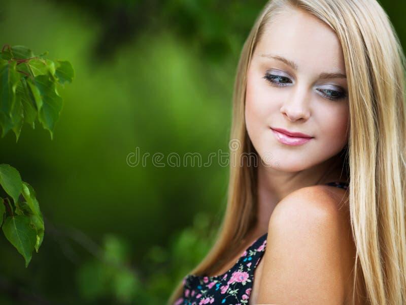 испуганным детеныши девушки стороны удивленные портретом стоковые фото