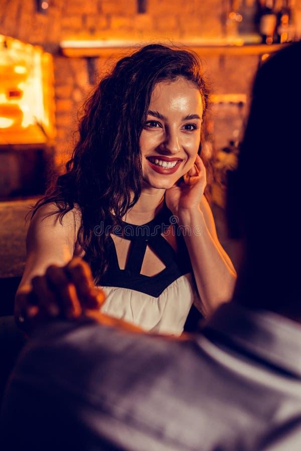 Испуская лучи девушка говоря с ее ночью траты человека в баре стоковые фотографии rf