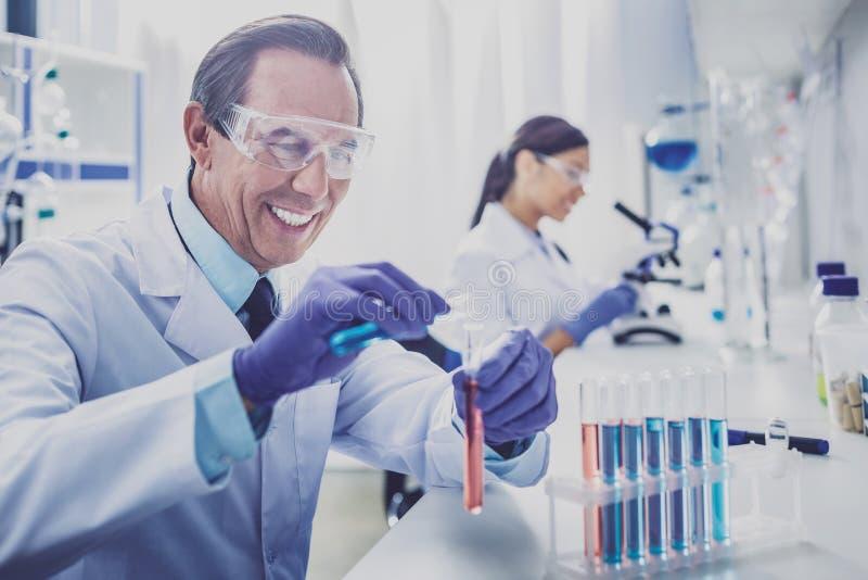 Испуская лучи перчатки пожилого bioengineer нося стоковое фото