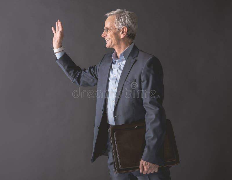 Испуская лучи старый бизнесмен расцветая рука стоковая фотография