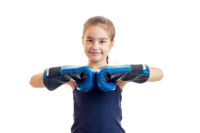 Испуская лучи маленький ребёнок стоя перед камерой в перчатках бокса стоковые фотографии rf