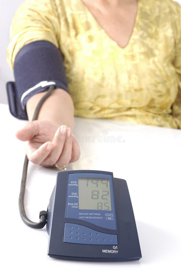 испытание домашнего давления крови старшее принимая стоковые изображения