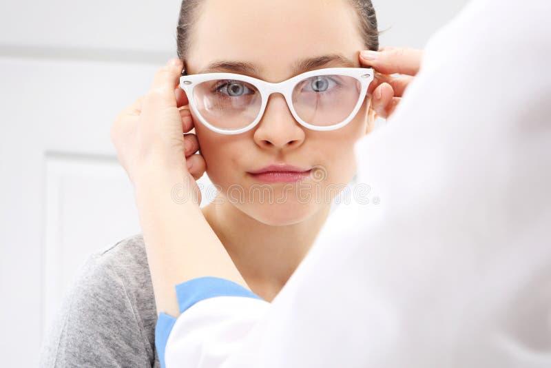 Испытание зрения, ребенок офтальмолог стоковое изображение