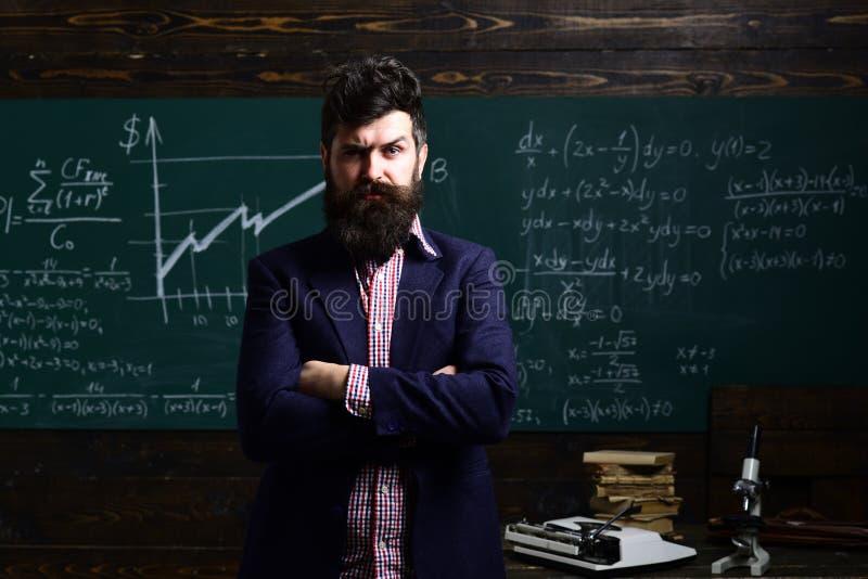Испытание окончательного экзамена в университете Гувернер или учитель accidence Студент беспокойства имеет проблему с математикой стоковая фотография