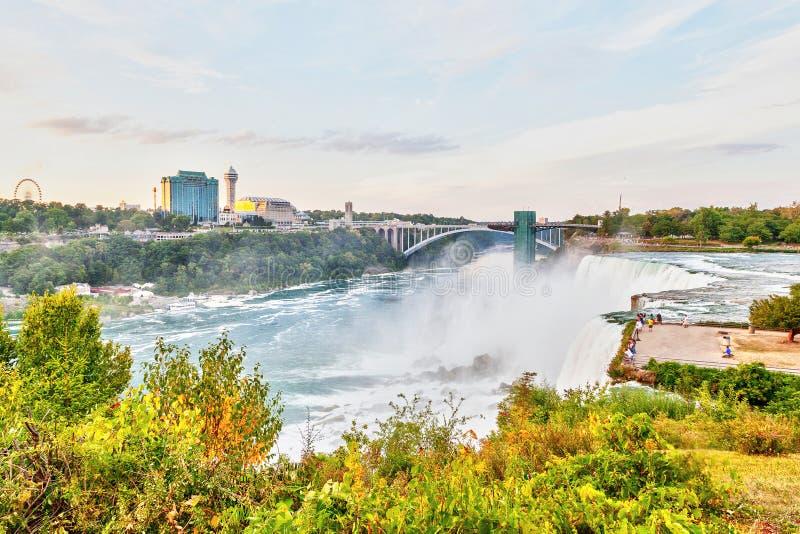 Испытывать мощный Ниагарский Водопад на мосте радуги в новом Yor стоковые фото
