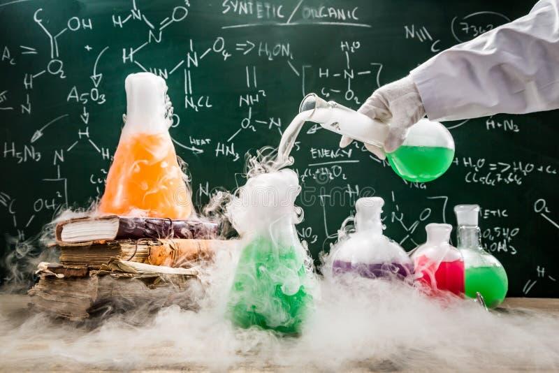Испытывая зеленые химические реакции в лаборатории школы стоковое изображение rf