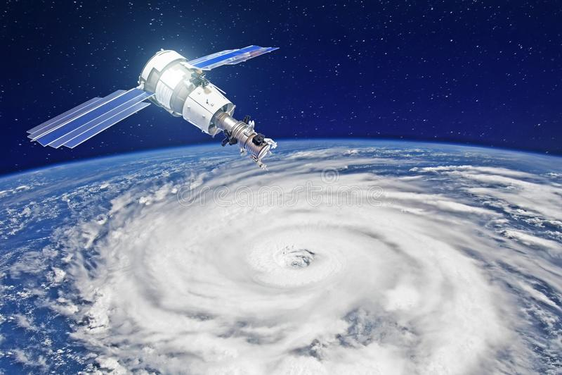 Исследование, зондирующ, контролировать отслеживать в тропическую зону шторма, ураган Спутник над землей делает измерения t иллюстрация штока