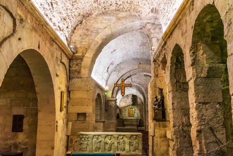 Исследование крипты аббатства Свят-Виктор старое стоковое изображение