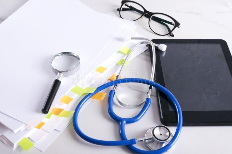 Исследование лаборатории и больницы Медицинские инструменты для испытывать и исследовать Прибор, стетоскоп, увеличитель, стекла и стоковое фото