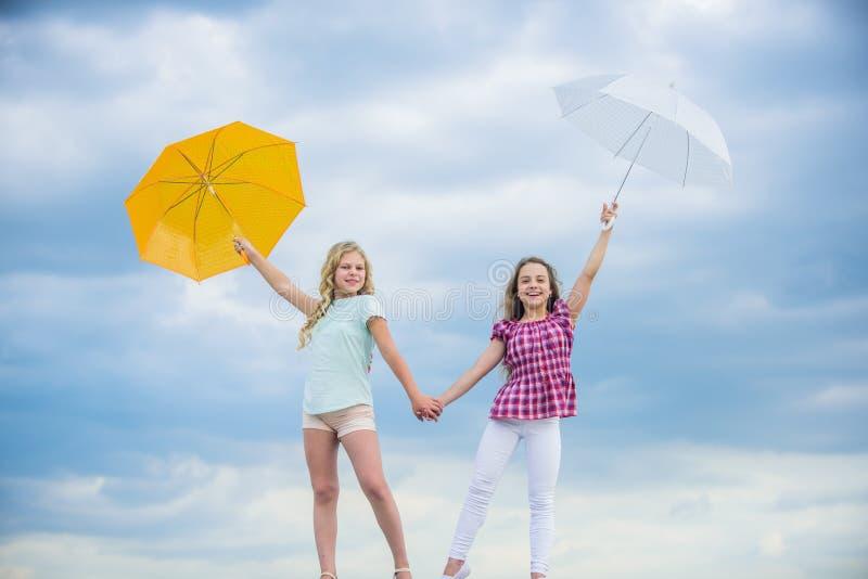 Исследование мира вместе осенний сезон прогноз дождевой погоды падает детская мода защищено осенним днем счастливый стоковое фото