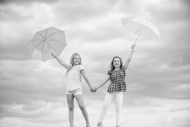 Исследование мира вместе осенний сезон прогноз дождевой погоды падает детская мода защищено осенним днем счастливый стоковые изображения