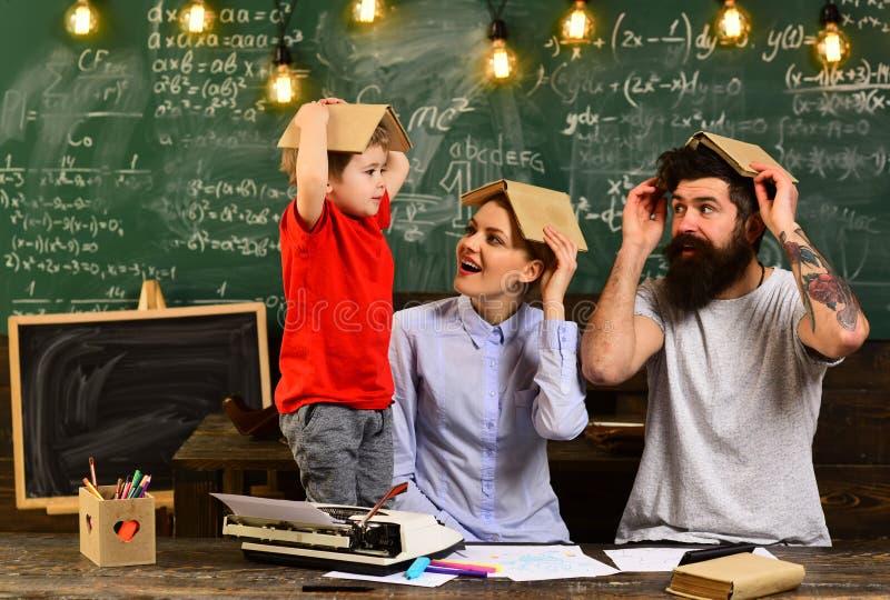 Исследование обучения по Интернетуу онлайн уча концепцию, студентов колледжа средней школы изучая и читая совместно в образовании стоковое изображение