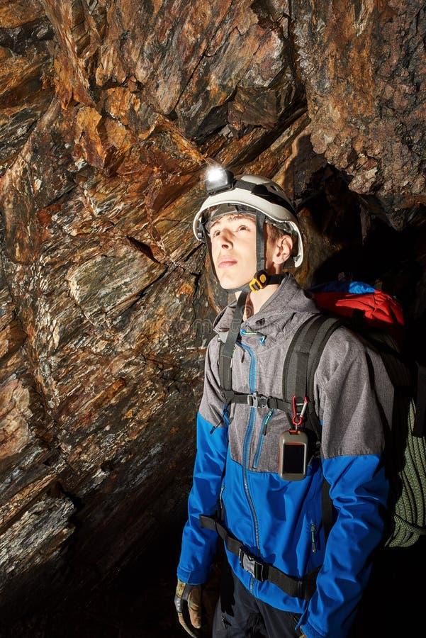 Исследование пещеры со шлемом и фарой стоковое изображение rf