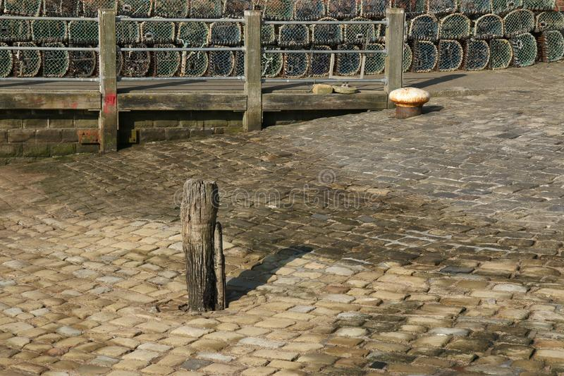 Исследование старого деревянного причаливая пала и мощенной булыжником поверхности стоковая фотография rf