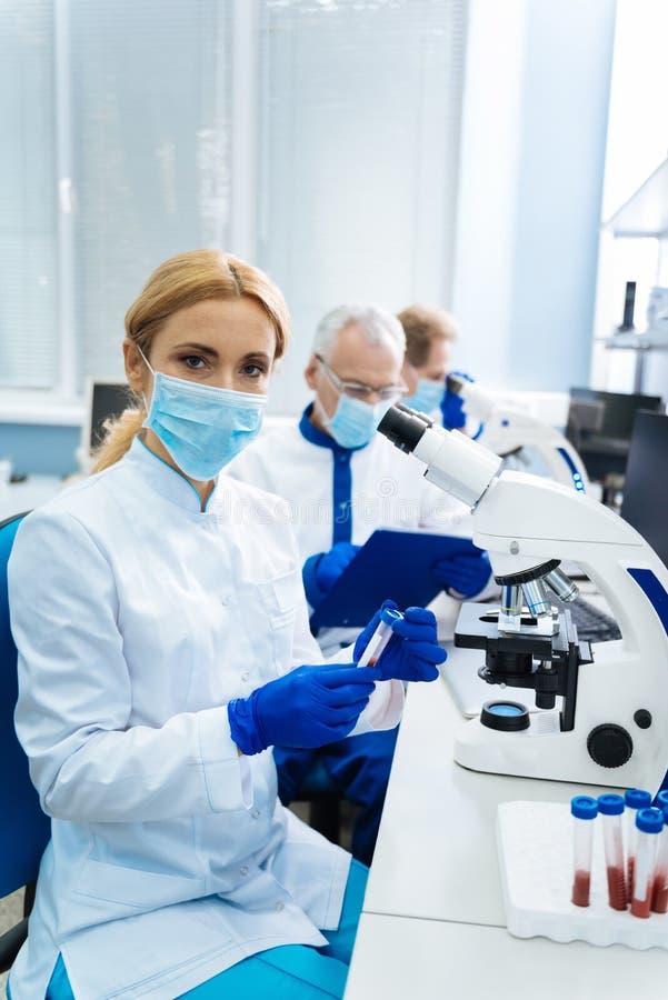 Исследователь делая открытие в медицине стоковая фотография rf