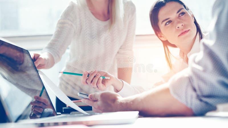 Исследовать продукта Команда маркетинга на работе Офис просторной квартиры Компьтер-книжка и обработка документов стоковые фотографии rf