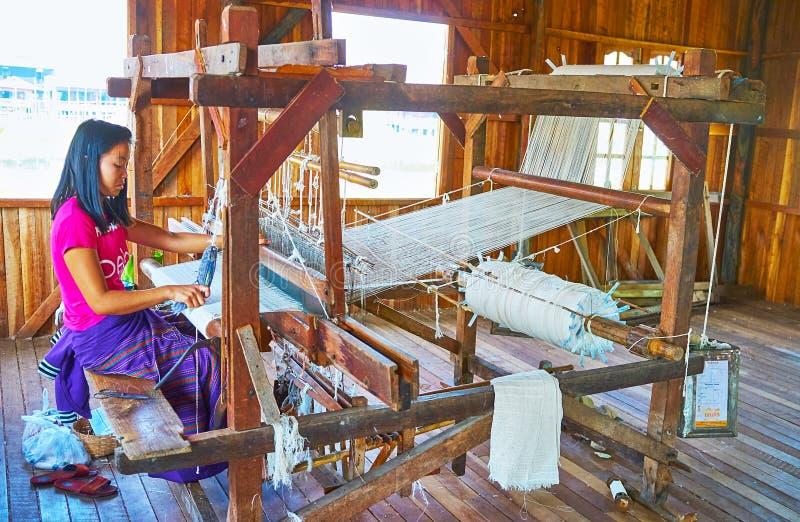 Исследуйте продукцию ткани на озере Inle, Мьянме стоковая фотография