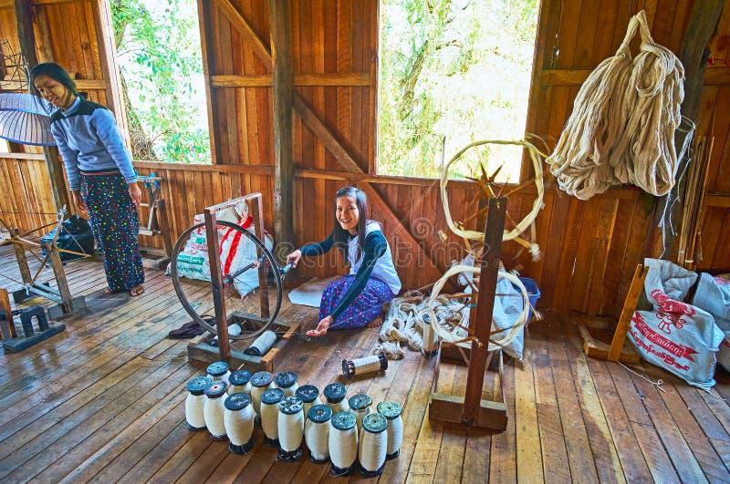 Исследуйте руку сплетя на озере Inle, Мьянме стоковые фото
