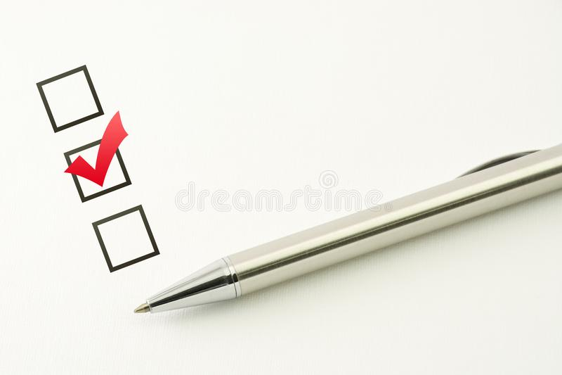 Исследуйте шаблона, выбора вопросника, маркированного флажка с ручкой на бумажной предпосылке стоковые изображения