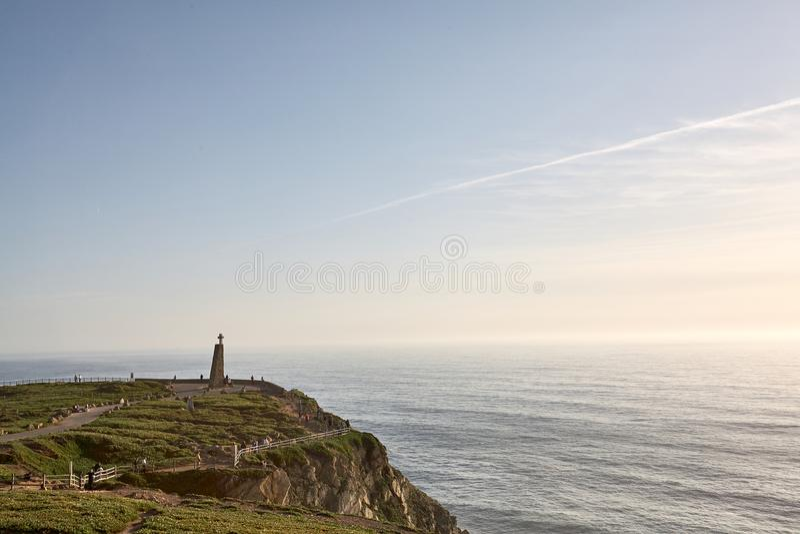 Исследуя Португалия Океан Cabo da Roca и landsc Mountain View стоковые изображения rf