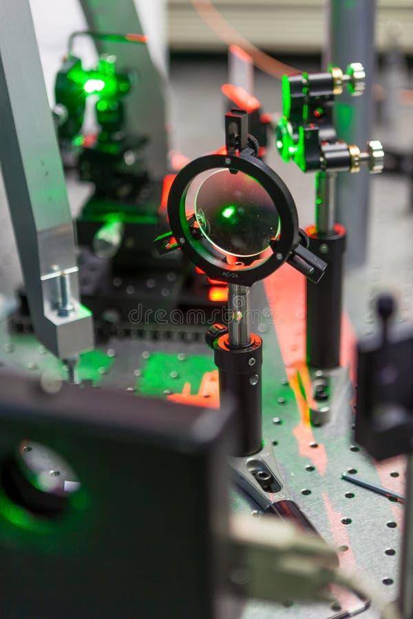 Исследование лазеров на стенде испытания стоковые изображения rf