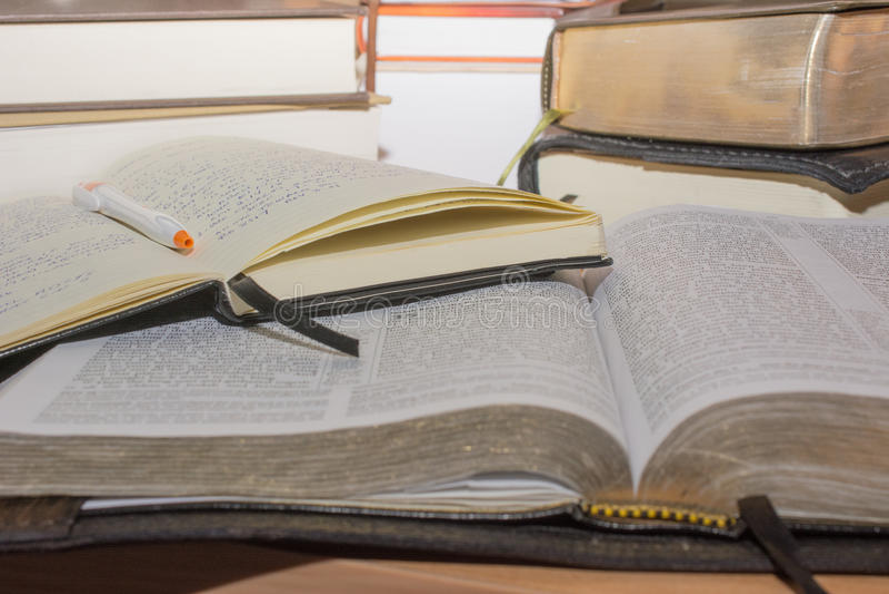 Исследование Jounaling библии стоковые фотографии rf