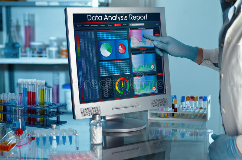 Исследователь касаясь экрану данных по исследования отчета