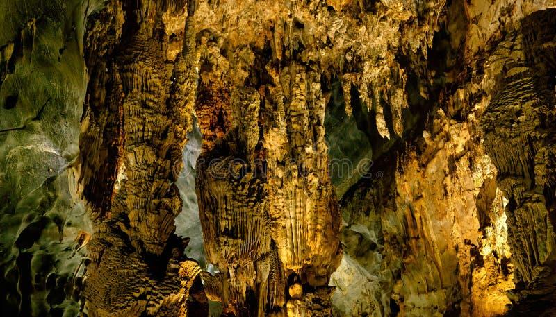 Исследуйте пещеру рая в Вьетнаме стоковое фото rf