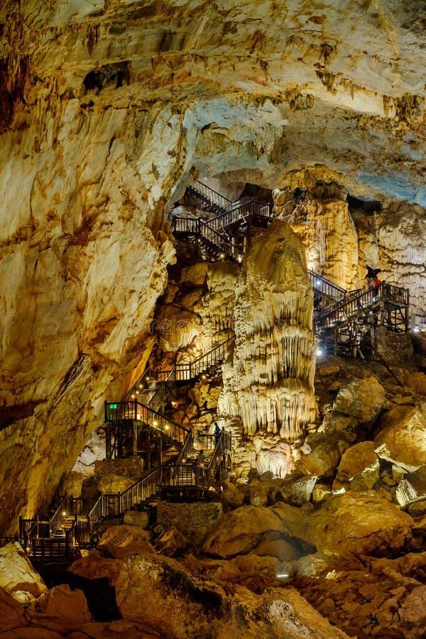 Исследуйте пещеру рая в Вьетнаме стоковые фото