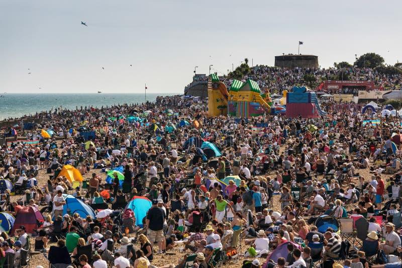ИСТБОРН, ВОСТОЧНОЕ САССЕКС - 11-ОЕ АВГУСТА: Толпить пляж f Истборна стоковая фотография