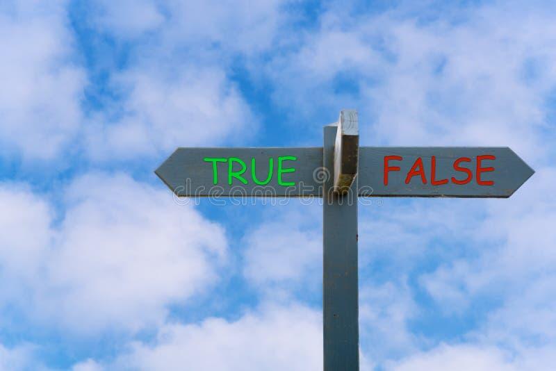 Истинный или ложный: Схематический знак с голубым небом в предпосылке стоковое изображение
