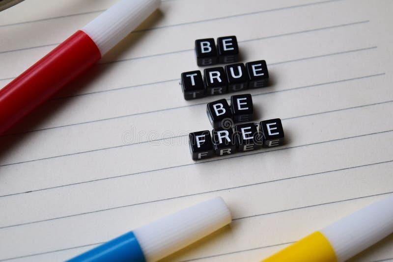 Истинный свободное сообщение написанное на деревянных блоках концепции образования и мотивировки Изображение обрабатываемое крест стоковая фотография