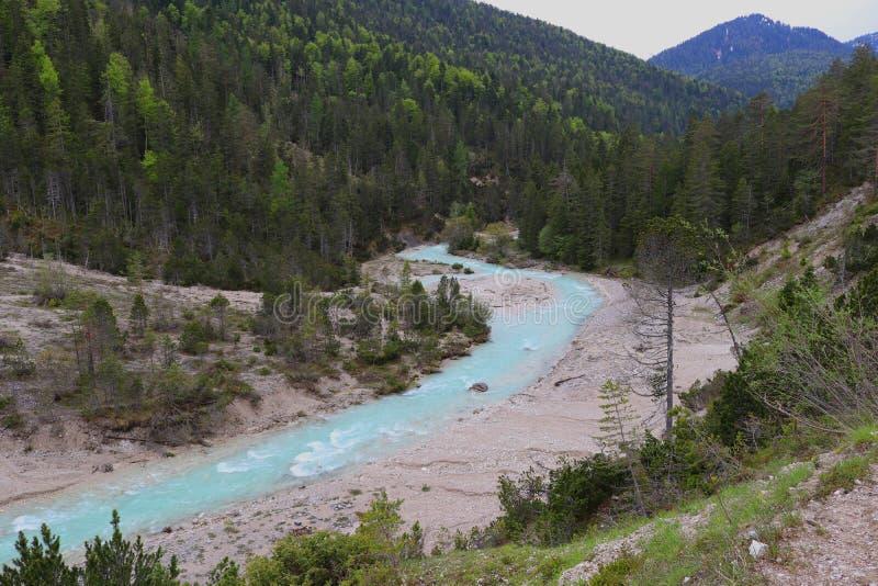 Истоки реки Изара, светя в гениальном свете - голубом цвете стоковое изображение