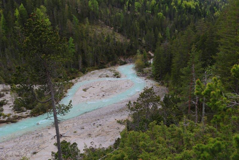 Истоки реки Изара, светя в гениальном свете - голубом цвете стоковые изображения