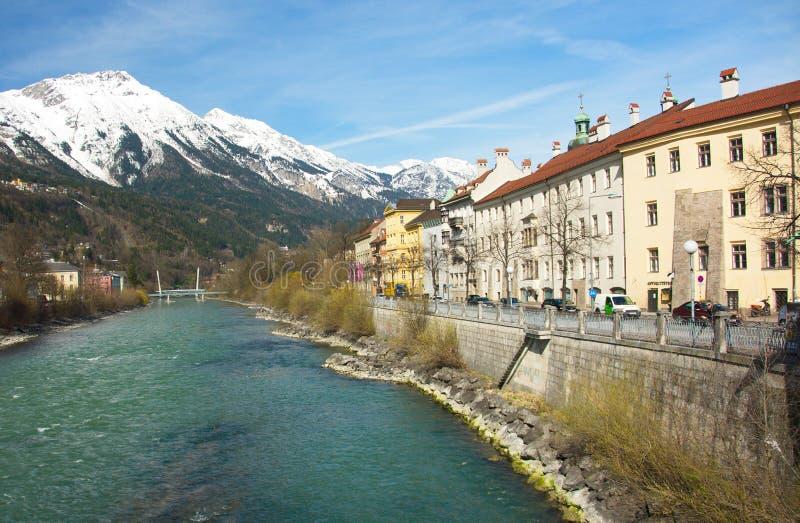 Историческая архитектура и снег покрыли горы в Инсбруке, Au стоковые фотографии rf