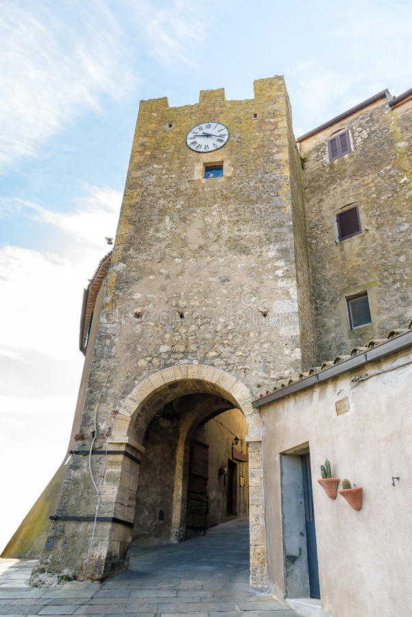 Историческая башня в тосканской деревне стоковое фото rf