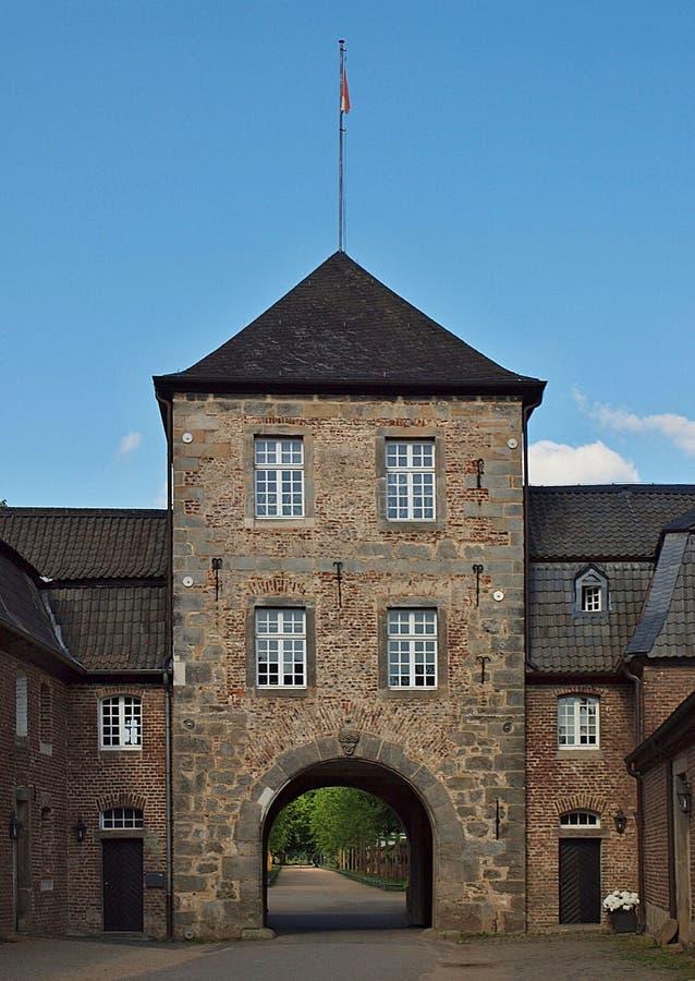 Историческая башня предохранителя немецкого замка Schloss Dyck воды стоковое фото