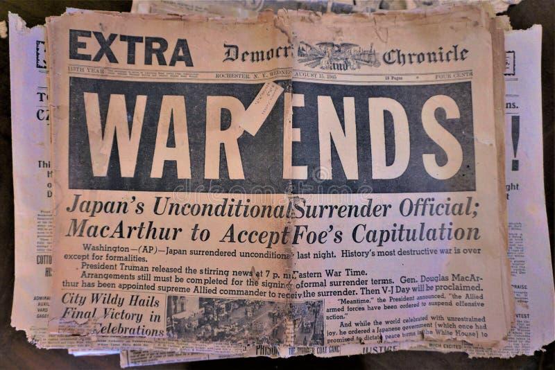 """Историческая бумага новостей читает от 1945 """"концов войны """" стоковые фото"""