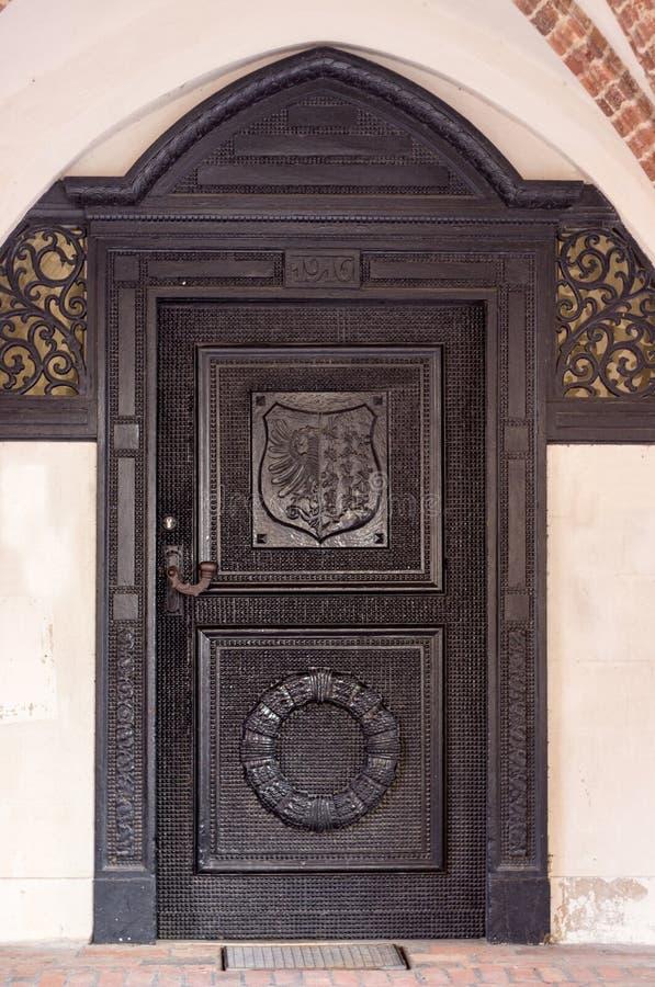 Историческая, деревянная дверь стоковая фотография