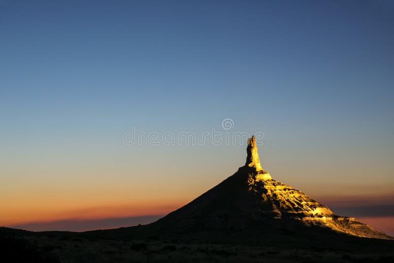 Историческая достопримечательность утеса камина национальная загоренная вечером, западная Небраска, США стоковые изображения rf