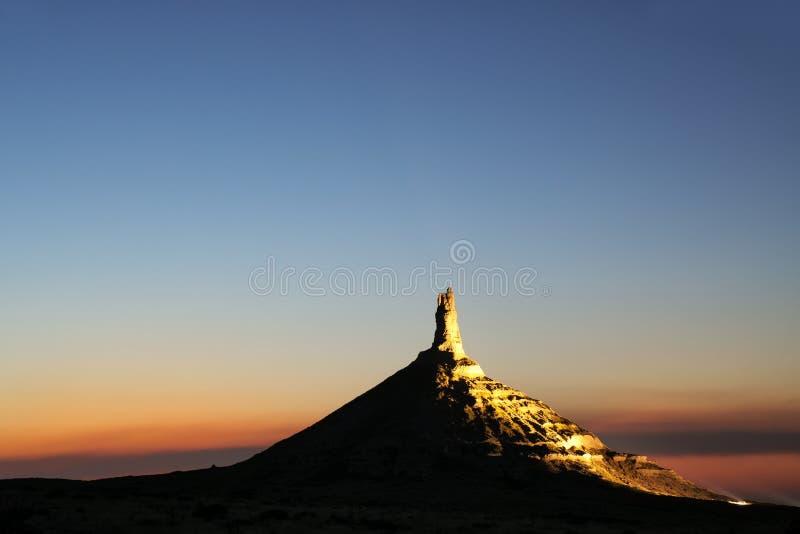 Историческая достопримечательность утеса камина национальная загоренная вечером, западная Небраска, США стоковая фотография rf