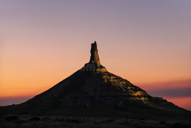 Историческая достопримечательность утеса камина национальная загоренная вечером, западная Небраска, США стоковые фотографии rf