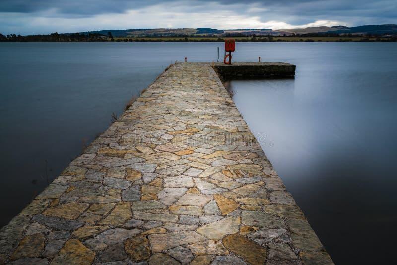 Историческая каменная мола на озере Leven, Шотландии стоковое фото rf